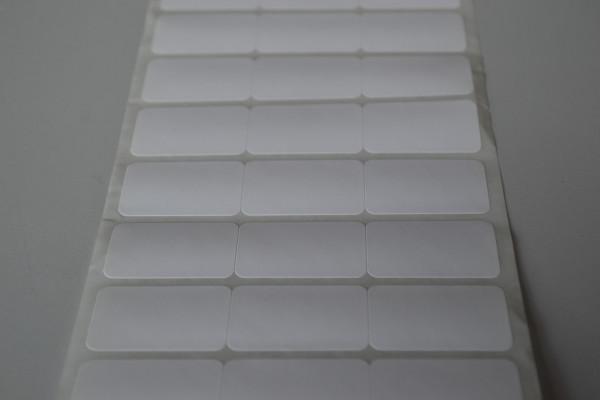 Etiquetas adesivas em papel COUCHET, cola 22grs, branca, sem impressão e cantos arredondados.  Medida 34 mm X 23 mm - 03 colunas juntas, rolos de 35 mts com 4.038 etiquetas.