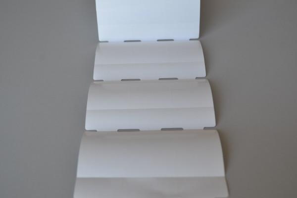 Etiqueta Tag em rolo Medida: 35mm x 72mm x3 colunas com furo e serrilha Gap central e lateral  Material: papel couche sem adesivo fundo branco brilho 130g/m2 Rolo com 1.023 etiquetas e aproximadamente 25 metros.
