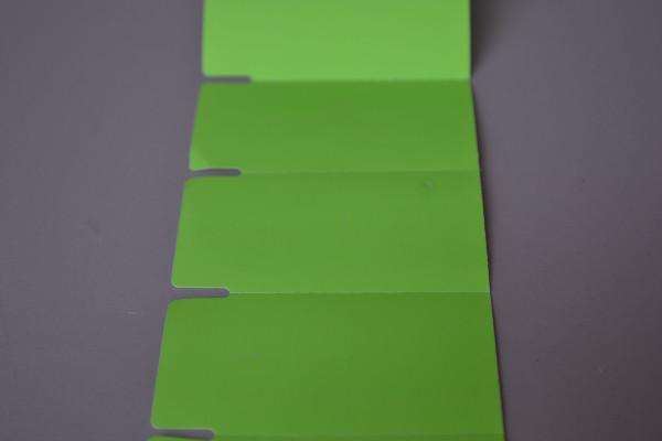 Etiqueta sem adesivo em papel  CARTÃO 170grs   chapado/pintado  VERDE FLUORESCENTE CITRICO, com  gap lateral a esquerda, sem impressão e cantos  arredondados.   Medida 70 mm X 040 mm – 01 coluna, rolos de  35 mts  com 875 etiquetas. ( Imagem F 074 )