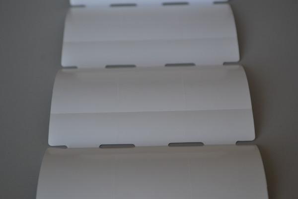 Etiqueta Tag em rolo Medida: 35mm x 72mm x3 colunas com furo e serrilha Gap central e lateral  Material: papel couche com adesivo fundo branco brilho ??g/m2 - Talvez 90g/m2 Rolo com 1.000 etiquetas e aproximadamente 25 metros.